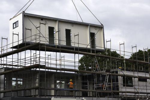 Ein modulares Gebäude wird zusammengesetzt