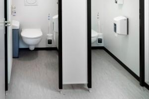 Sanitärcontainer von Innen mit WC-Kabinen